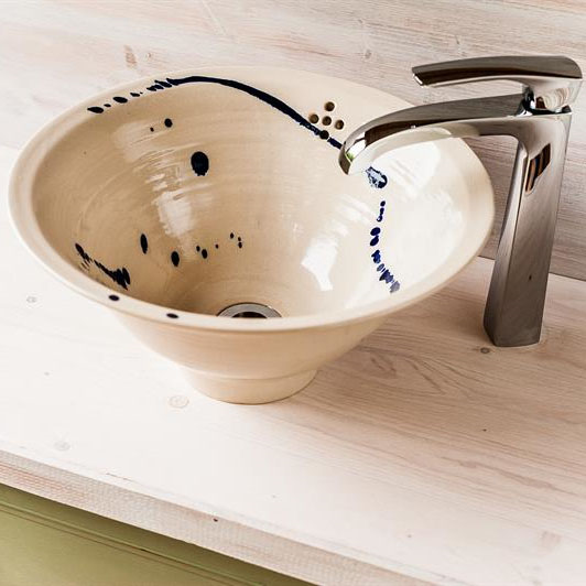 Single bowl basins and sinks